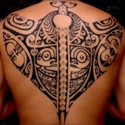 tatuajes-raya-manta-espalda-entera-completa-polinesios-maori-manao-tiki-tattoo-toulon-tatouage-raie-mante-polynesien-dos-polynesian-back-tattoo